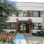 Budova školy s vchodom